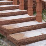 Řezané schody s bosovanými hranami z červeného pískovce