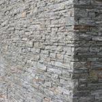 Detail řezaného obložení z ruly - použití rohových prvků z kamene