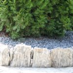 Lemování záhonů kameny z ruly
