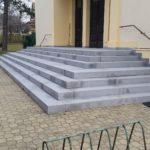 Žulové schodiště složené ze dvou částí