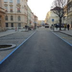 Ulice Gorkého v Brně. Dlažební kostky a obrubníky