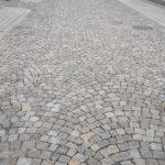 Rekonstrukce ulice Kostelní v Ostravě. Dlažební kostky 8/11 v melírované barvě