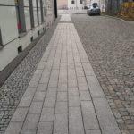 Rekonstrukce ulice Kostelní v Ostravě. Žulová řezaná dlažba a dlažební kostky.