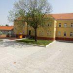 Rekonstrukce nádvoří radnice. Dodávka žulových řezaných dlažeb a dlažebních kostek.